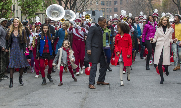 Quvenzhane Wallis and Jamie Foxx in one of 'Annie''s musical numbers