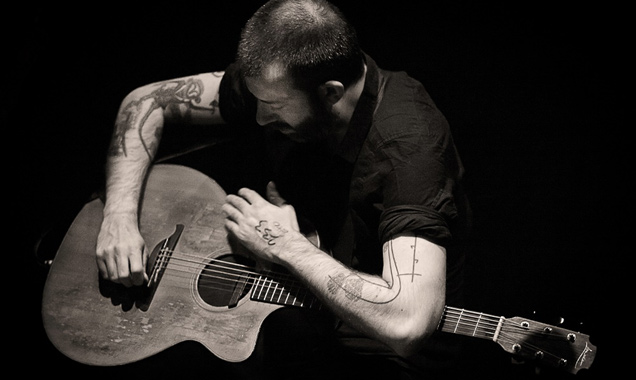 Jon Gomm Delivers Yet Another Hypnotising Performance With 'What's Left For You?' [Video]