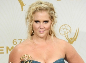 Amy Schumer Hosts 'SNL' For The First Time, Takes On The Kardashians And Gun Enthusiasts