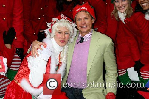 Carson Kressley and Mrs. Claus lead a 100...