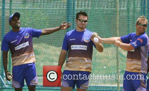 Dimitri Mascarenhas, Graeme Smith and Shane Warne (captain)...