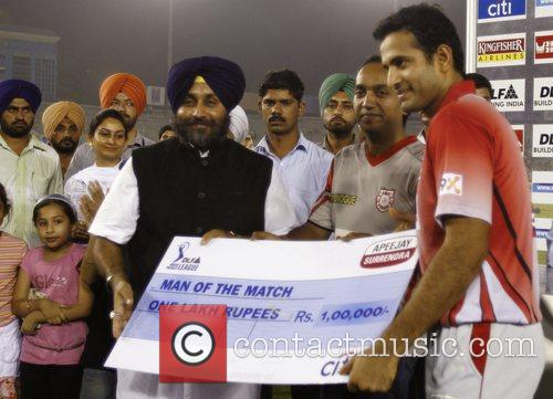 Irfan Pathan collects his cheque for 'Man of...
