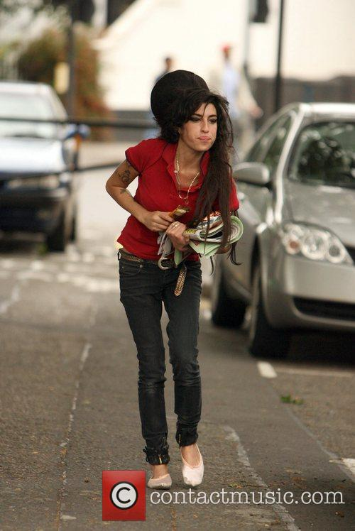 Amy Winehouse leaves her house and runs to...