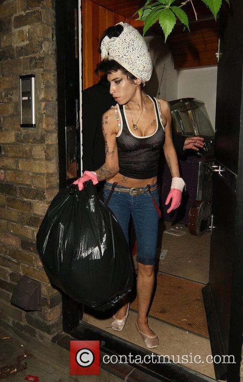 Amy Winehouse, Wearing Pink Gloves, Did Some Spring Cleaning At Her House. She Takes A Break and Asks Photographers For Money For Her Driver. 8