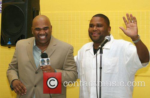 Actor Comedian Anthony Anderson jokes around with Bahamian...