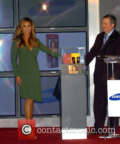 Beyonce Knowles and Samsung rep 2