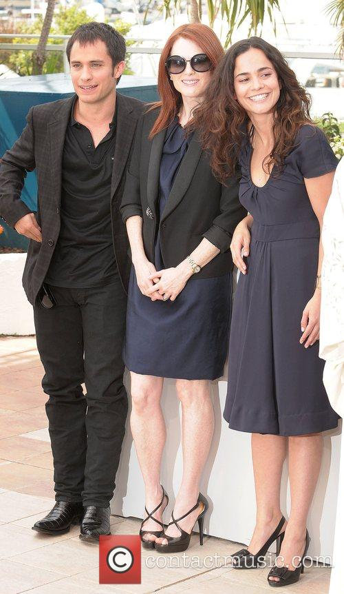 Gael Garcia Bernal and Julianne Moore 3