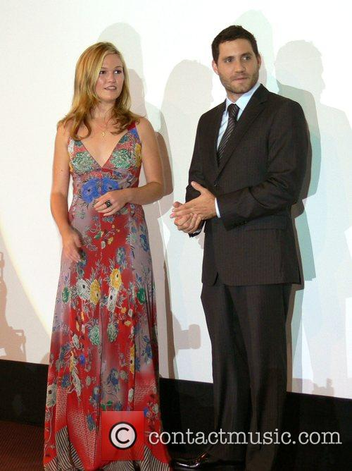 Julia Stiles and Edgar Ramirez 2