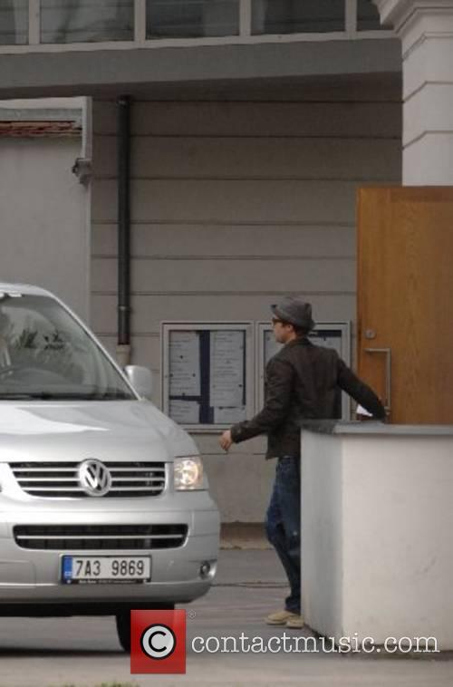 Brad Pitt drops his son off at school...