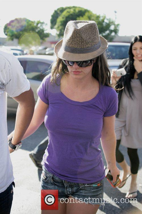 Britney Spears in trilby hat and cut-off jeans...