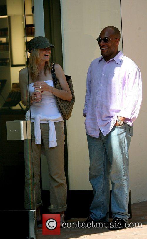 Byron Allen and girlfriend Jennifer Lucas go shopping...