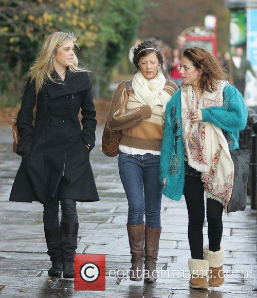 Chelsy Davy walks through Hyde Park with friends...