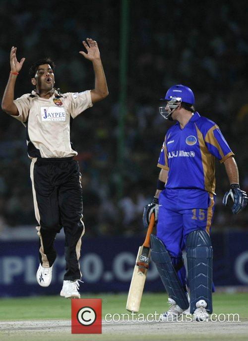 RP Singh Hyderabad Deccan Chargers appeals as Graeme...