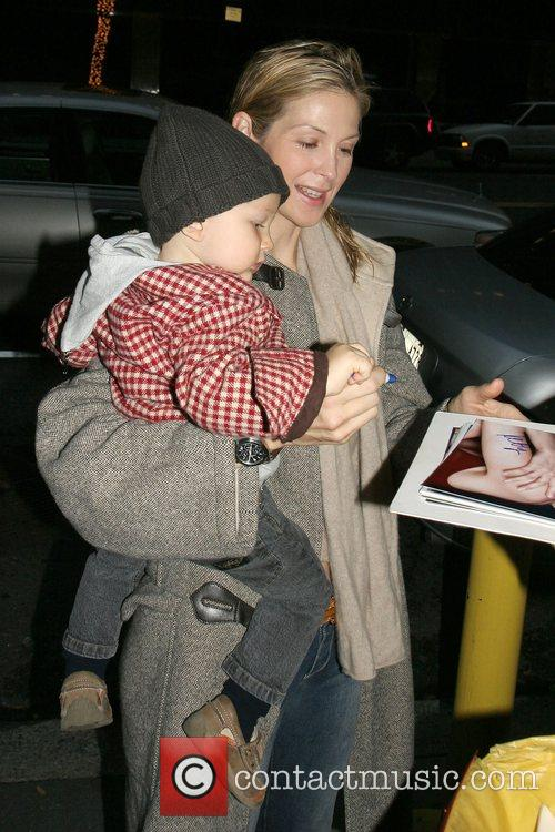 Gossip Girls' Kelly Rutherford signs autographs while arriving...