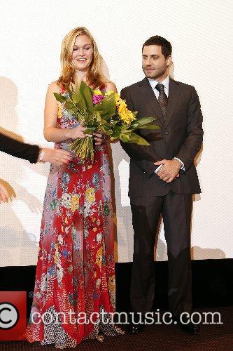 Julia Stiles and Edgar Ramirez 1