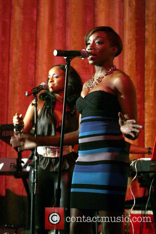 Peter Hadar and Estelle perform at R&B Live...