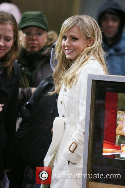 Kristen Bell watches Faith Hill perform on 'The...