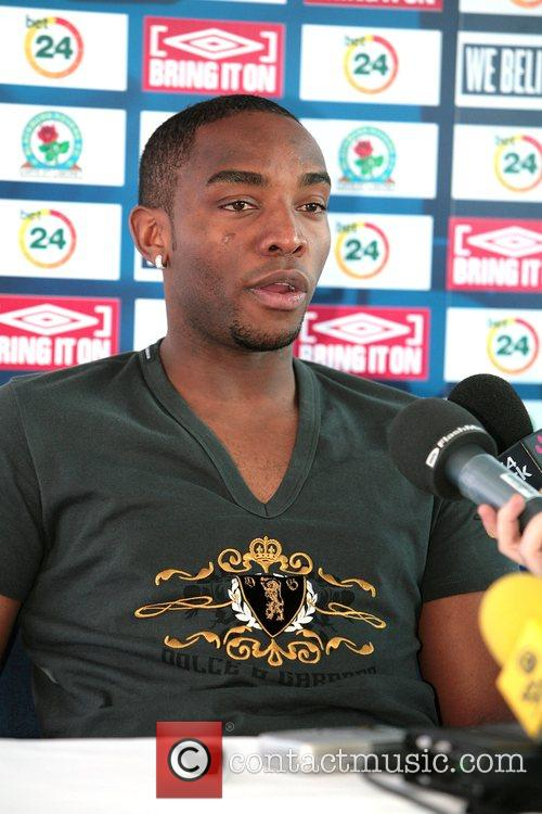 Benni McCarthy signs a new contract with Blackburn...