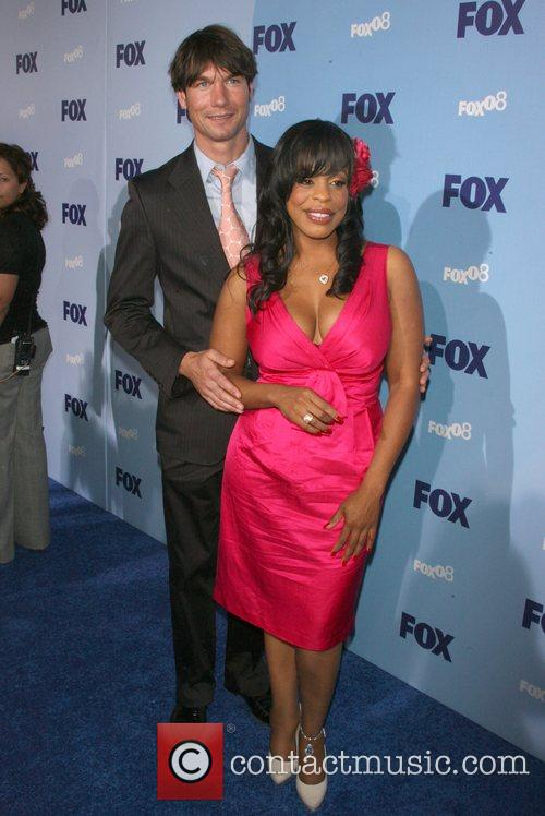 Jerry O'connell and Niecy Nash 3
