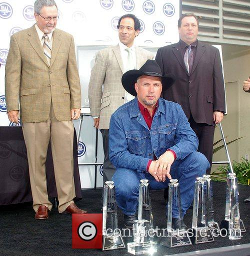 Garth Brooks and members of RIAA 1