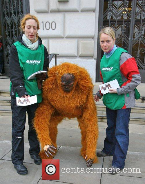 Greenpeace Members Dressed As Orangutans Have Scaled The London Unilever House On The Victoria Embankment To Demonstrate Against Dove. Unilever Is The Parent Company Of Dove 7