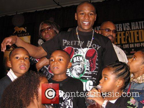 Floyd Mayweather with his children at the press...