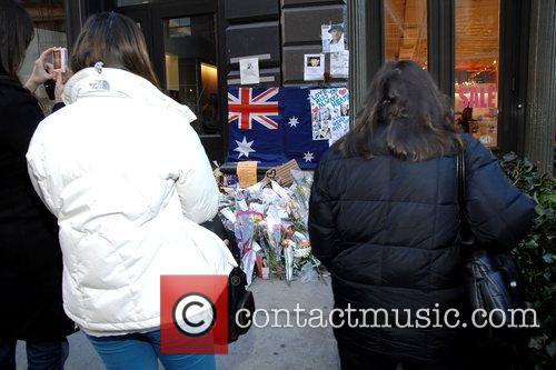 Fans leave flowers and Heath Ledger 14