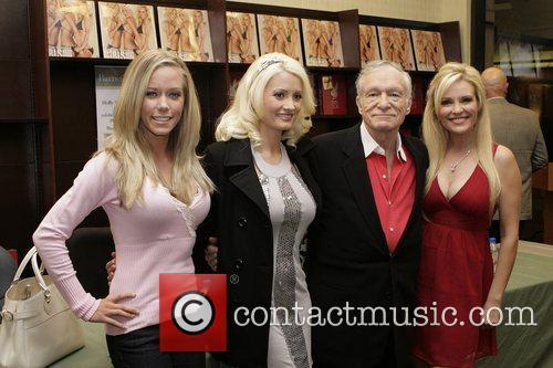 Playboy-kongen Hugh Hefner er en gammel gris på jakt etter ungjenter! thumbnail
