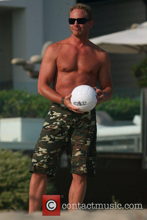 Ian Ziering playing vollyball at a beach house