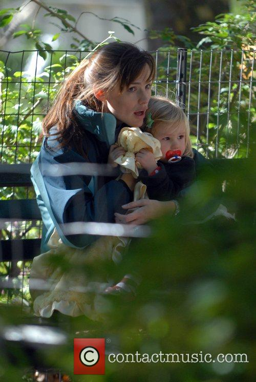 Jennifer Garner, Daughter Violet Anne Play On The Swings and Have A Game Of Football When They Visited The Playground On The Great Lawn In Central Park 5