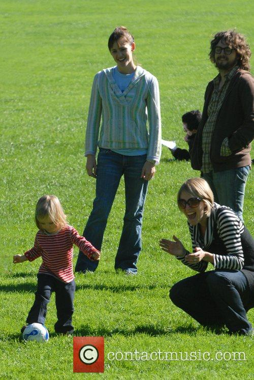 Jennifer Garner, Daughter Violet Anne Play On The Swings and Have A Game Of Football When They Visited The Playground On The Great Lawn In Central Park 10