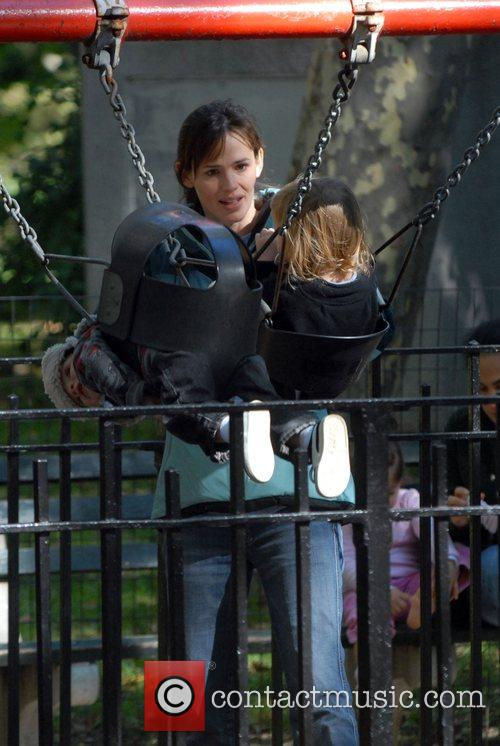 Jennifer Garner, Daughter Violet Anne Play On The Swings and Have A Game Of Football When They Visited The Playground On The Great Lawn In Central Park 1
