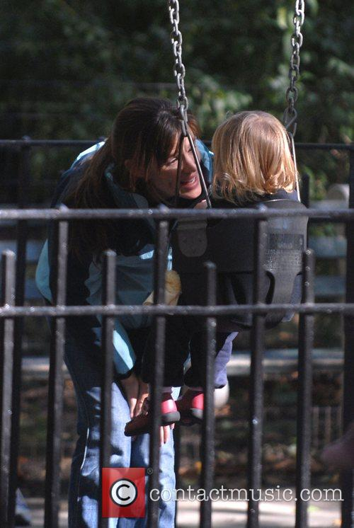 Jennifer Garner, Daughter Violet Anne Play On The Swings and Have A Game Of Football When They Visited The Playground On The Great Lawn In Central Park 6