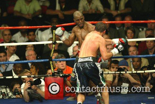 Joe Calzaghe beats Bernard Hopkins for the light...