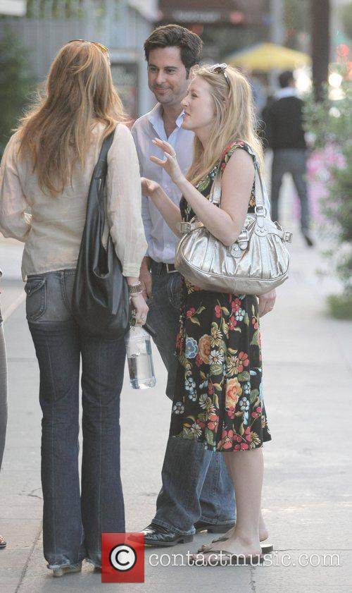 Jonathan Silverman, His Wife Have A Late Lunch With Friends At Joan's On Third. After Eating Together They Leave The Restaurant and Take A Romantic Stroll Back To Their Car. 4