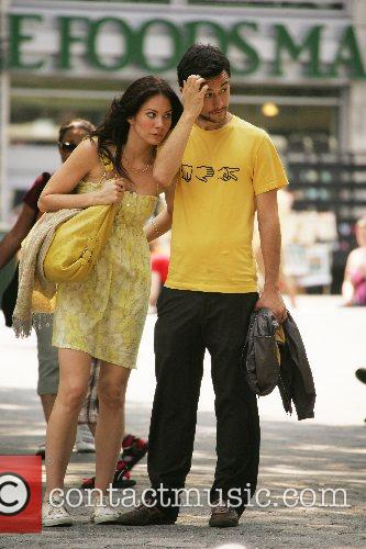 Joseph Gordon-Levitt matches his female co-star in yellow...