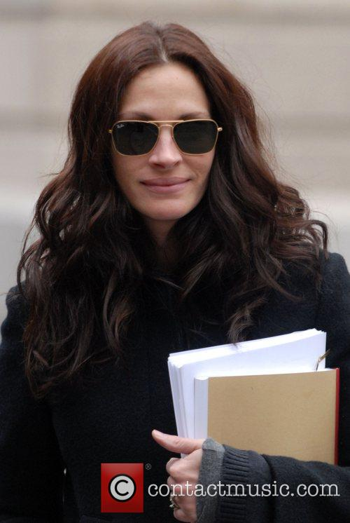Julia Roberts walking to script rehearsals for her...