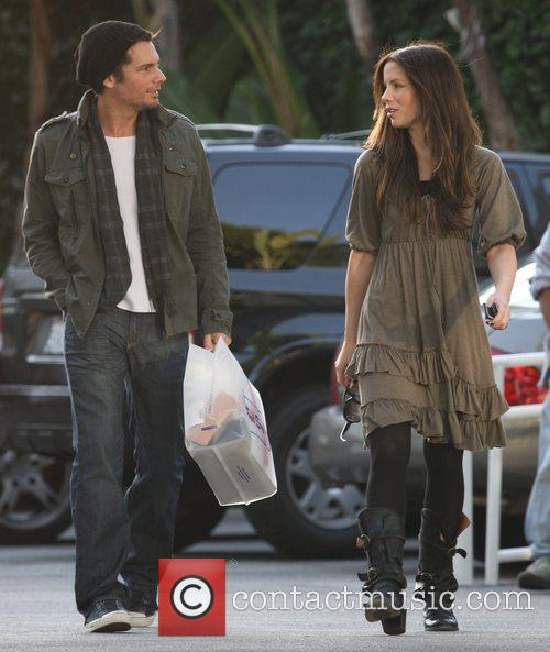 Len Wiseman and Kate Beckinsale go Christmas shopping...