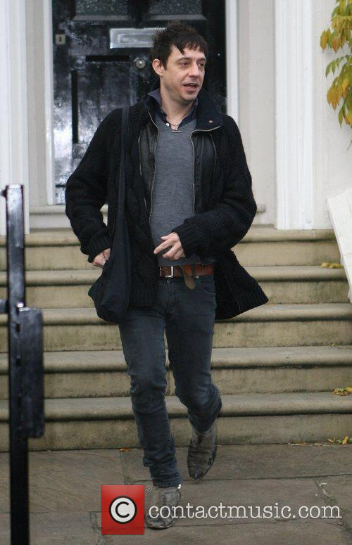 Jamie Hince leaving Davinia Taylor's home to visit...