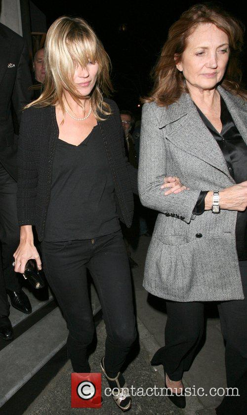 Kate Moss and Her Mother Linda Moss Dine At Locanda Locatelli Restaurant In Marylebone. They Are Bizzarely Accompanied By David Walliams! 4