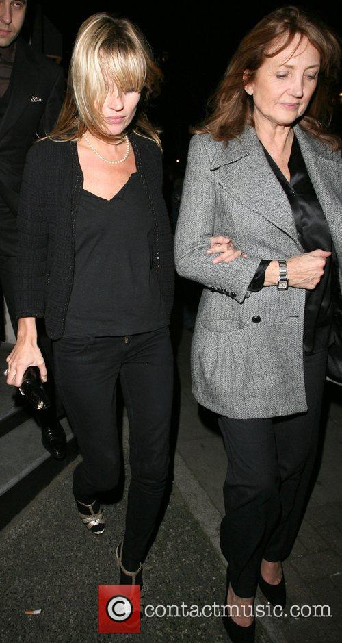 Kate Moss and Her Mother Linda Moss Dine At Locanda Locatelli Restaurant In Marylebone. They Are Bizzarely Accompanied By David Walliams! 7