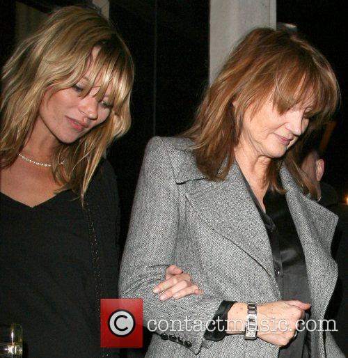 Kate Moss and Her Mother Linda Moss Dine At Locanda Locatelli Restaurant In Marylebone. They Are Bizzarely Accompanied By David Walliams! 1