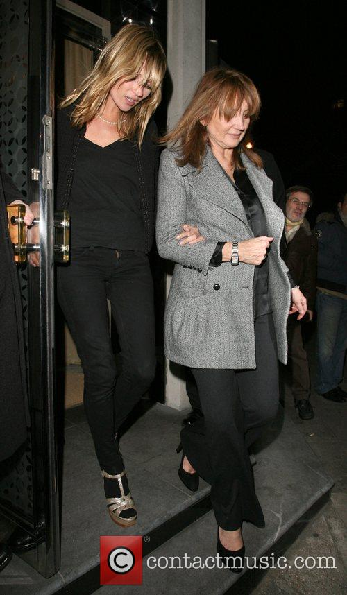 Kate Moss and her mother Linda Moss dine at Locanda Locatelli restaurant in Marylebone. They are bizzarely accompanied by David Walliams! 14