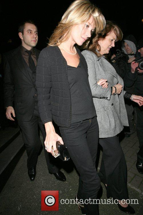 Kate Moss and Her Mother Linda Moss Dine At Locanda Locatelli Restaurant In Marylebone. They Are Bizzarely Accompanied By David Walliams! 8
