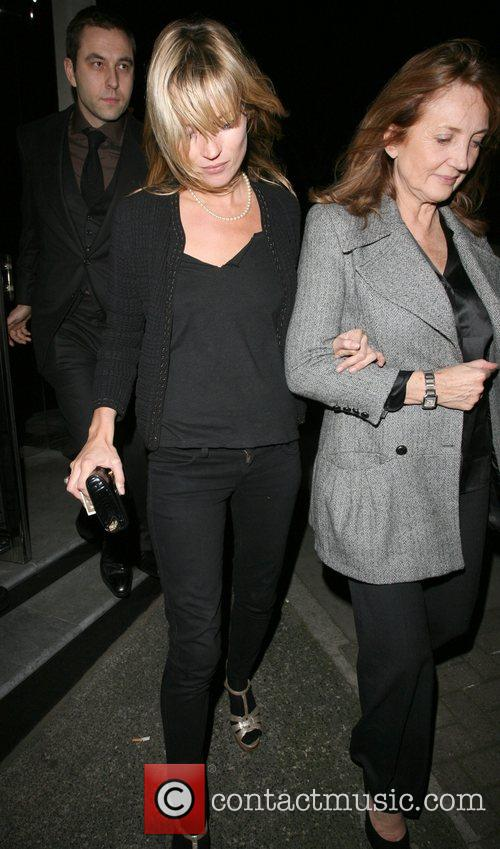Kate Moss and her mother Linda Moss dine at Locanda Locatelli restaurant in Marylebone. They are bizzarely accompanied by David Walliams! 12