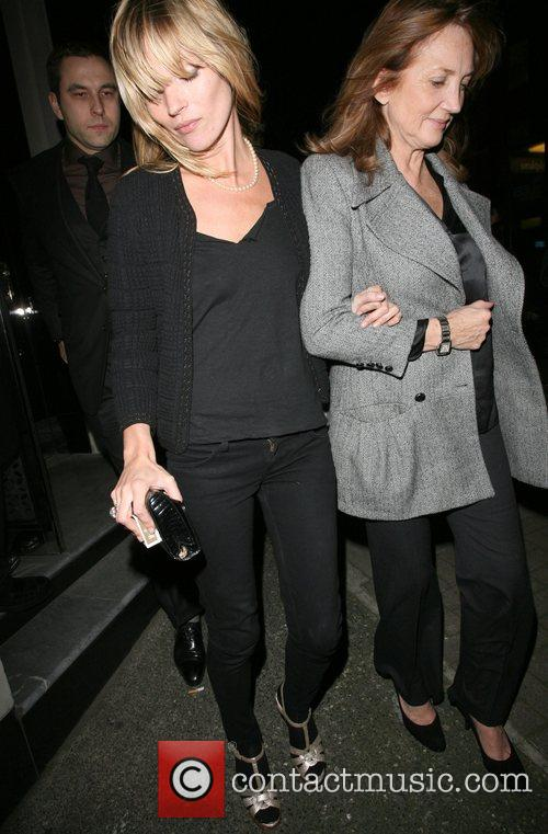 Kate Moss and Her Mother Linda Moss Dine At Locanda Locatelli Restaurant In Marylebone. They Are Bizzarely Accompanied By David Walliams! 11