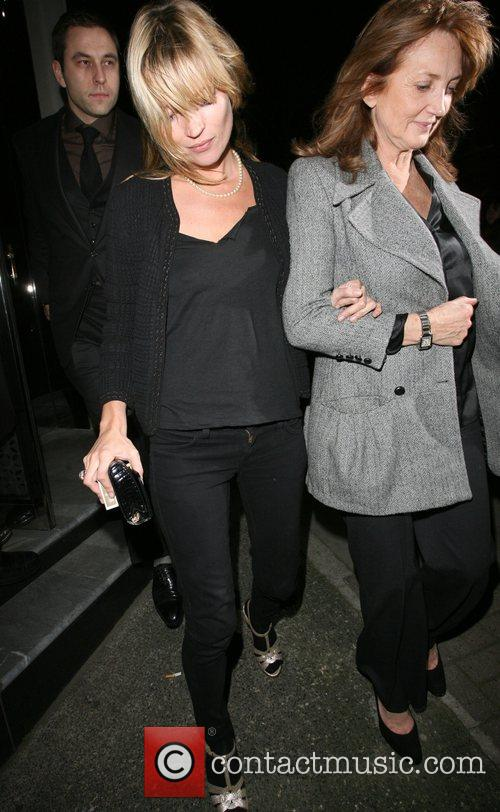 Kate Moss and Her Mother Linda Moss Dine At Locanda Locatelli Restaurant In Marylebone. They Are Bizzarely Accompanied By David Walliams! 3