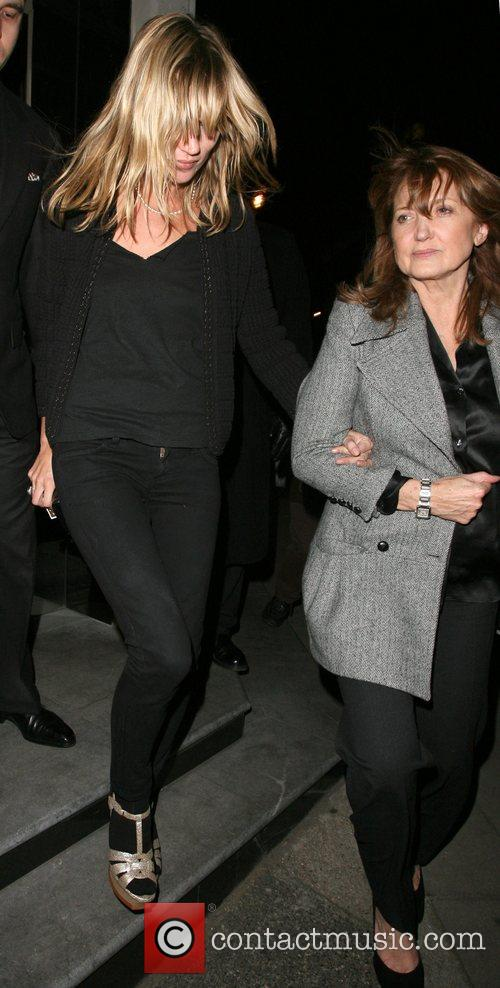 Kate Moss and Her Mother Linda Moss Dine At Locanda Locatelli Restaurant In Marylebone. They Are Bizzarely Accompanied By David Walliams! 6