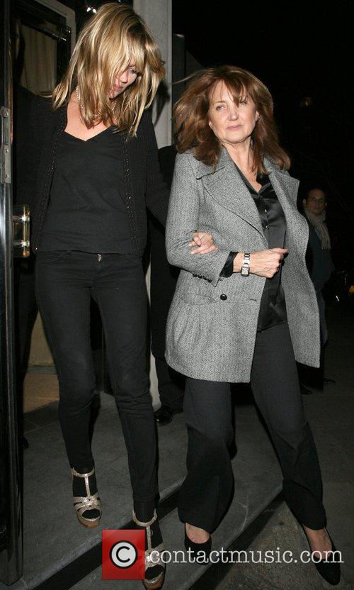 Kate Moss and Her Mother Linda Moss Dine At Locanda Locatelli Restaurant In Marylebone. They Are Bizzarely Accompanied By David Walliams! 10