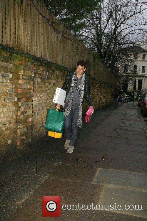 Jamie Hince assists girlfriend Kate Moss with her...